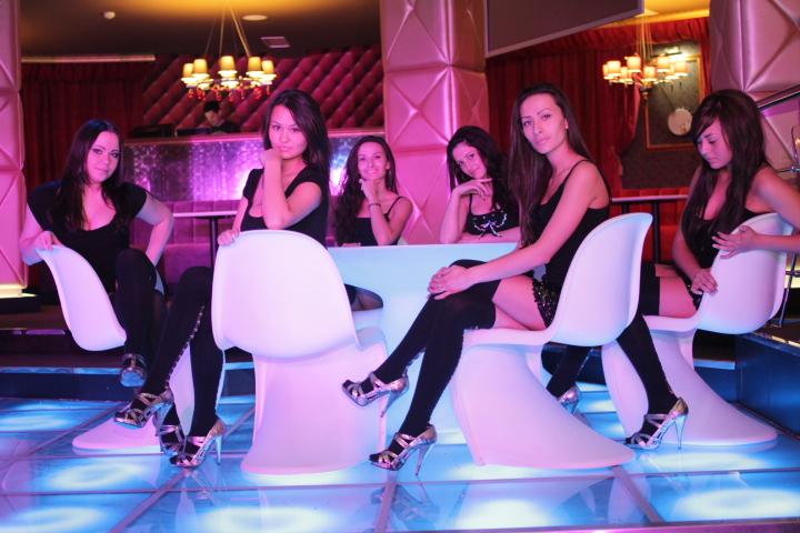 Караоке-клуб «Play-Пой». Девушки настоящие.