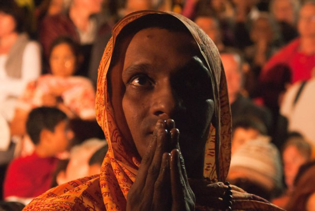 Индуист верующий на Ганга-аарти