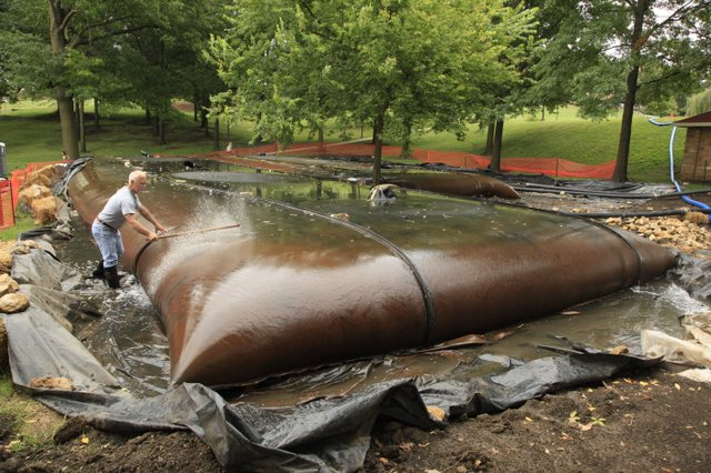 Вот в  такие мешки пакуют грязь из своих озер американцы. Проект по очистке маленького озера в Университете Канзаса стоит 125000 долларов США (http://www2.ljworld.com/news/2010/sep/20/dredging-project-clears-potter-lake/) и скорее всего они не планируют использовать грязь как источника биотоплива. Photo by Richard Gwin.
