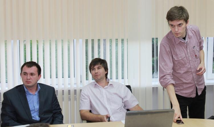 Докладчики/организаторы на изготовке (слева направо): Станислав Шапочкин, Егор Задереев (@zadereev) и Илья Кабанов (@metkere)