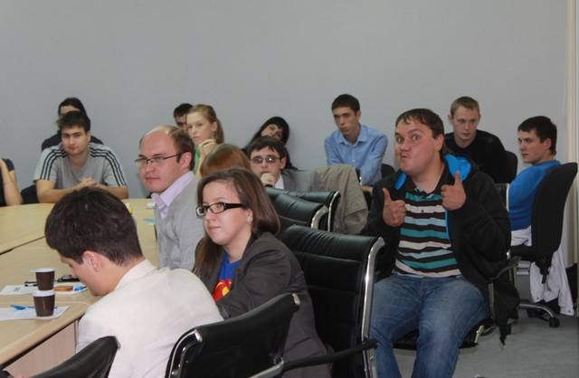 Блогеры вели себя примерно так (корчит рожу Юрий Богомаз (он же @realprokuror)). Наверно поэтому аудитория захотела их побить:)