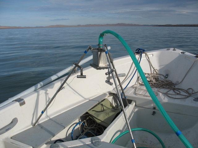 Оно захватывает нашу лодку