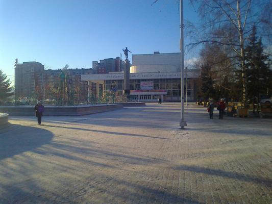 Театральная площадь за день до базара