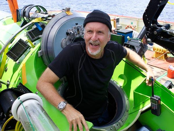 Джеймс Кэмерон выбирается из аппарата Challenger Deep после погружения. Фотография Mark Thiessen, National Geographic