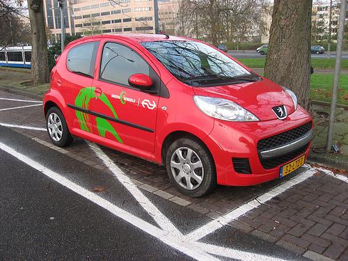 Автомобиль для совместного использования компании Greenwheels на улицах Амстердама.