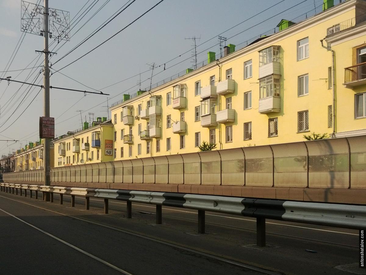 Ул. Мичурина — оборудованная акустическими щитами шестиполосная транспортная магистраль разрезает район. Части городской ткани по обе стороны улицы не взаимодействуют друг с другом.