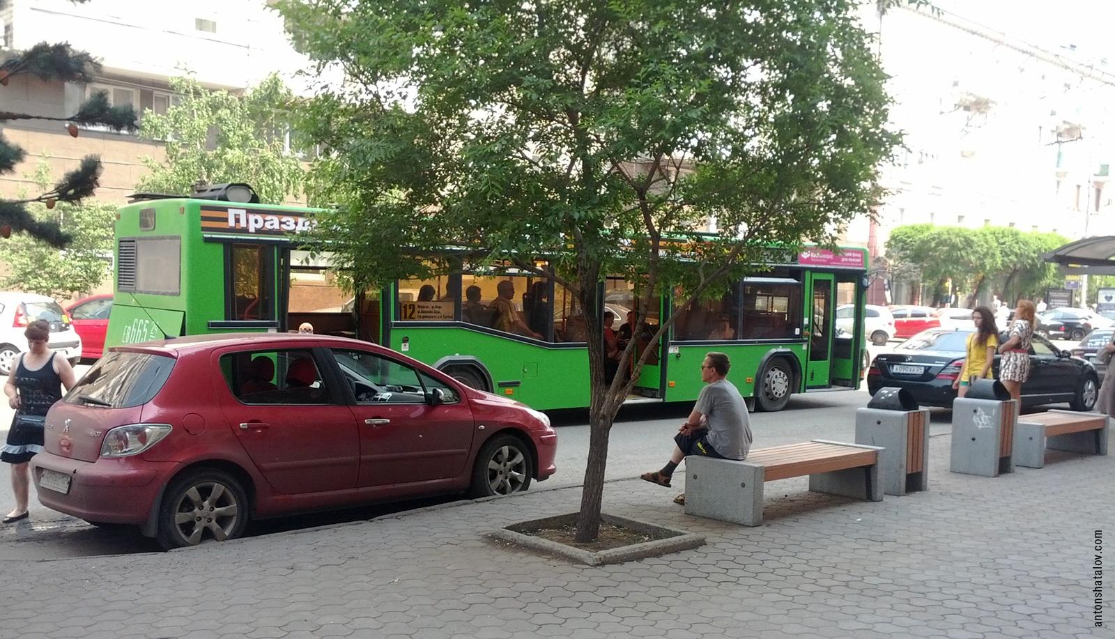 Такси в автобусном кармане на пр. Мира. Автобус вынужден останавливаться на полосе движения.