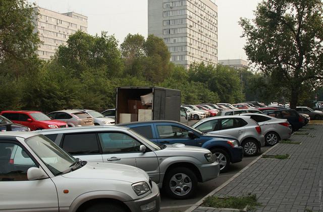 После создания двух сотен новых парковочных мест на ул. Красной армии проблема усугубилась. Теперь здесь в два раза больше автомобилей и все места по-прежнему заняты.
