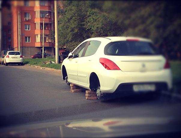 Оставленная на улице машина часто становится жертвой бандитов. Фото из Instagram пользователя @teleserg