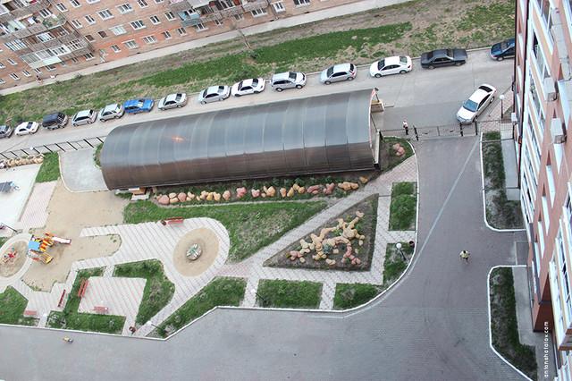 Жилой двор на ул. Толстова. Въезд транспорта возможет только в экстренных случаях.