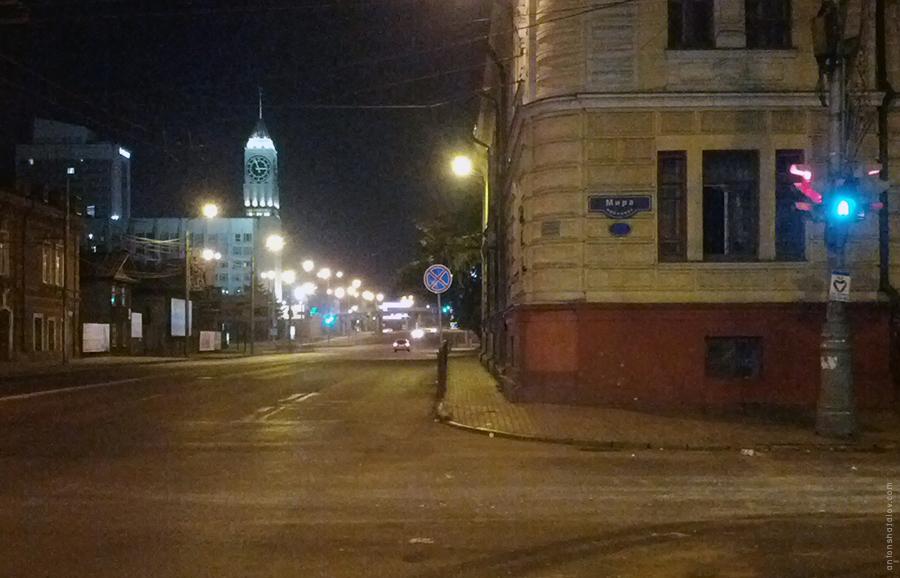 Граница 5-полосной магистрали (ул. Вейнбаума) проходит в одном метре от окон Городской больницы №1. На таком тротуаре два человека смогут разойтись с трудом.