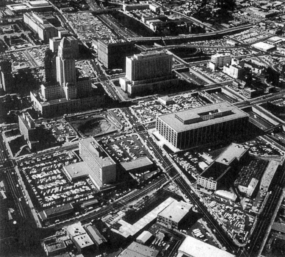 В эпоху наибольшего благоприятствования автомобилям – в 1960-е гг. припаркованные автомобили заполоняли города: Лос-Анджелес (Иллюстрация из книги В. Вучика «Транспорт в городах удобных для жизни»)
