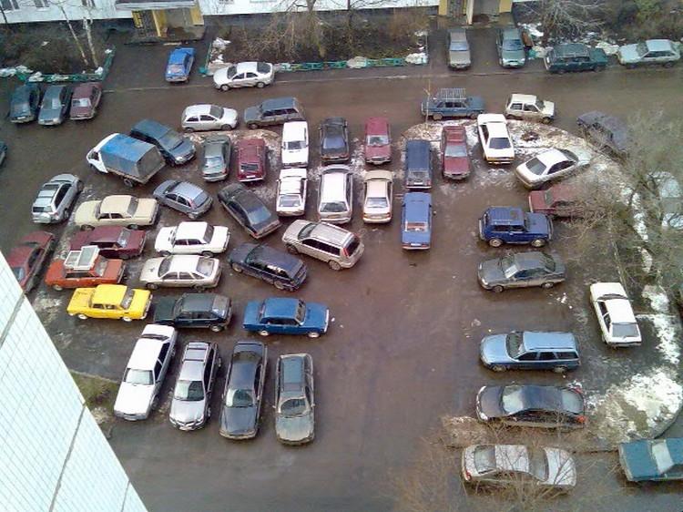 Парковка жителей типичного жилого района, не оставляет пространства для других способов использования двора.