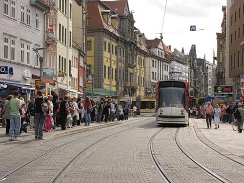 Общественный транспорт идеально сочетается с пешеходными улицами в исторических частях города