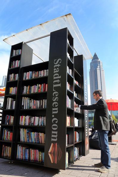 Книжный шкаф на улице Франкфурта. Почти как у нас на пр. Мира :)