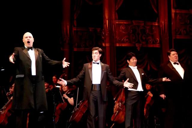 «Парад звезд в оперном»