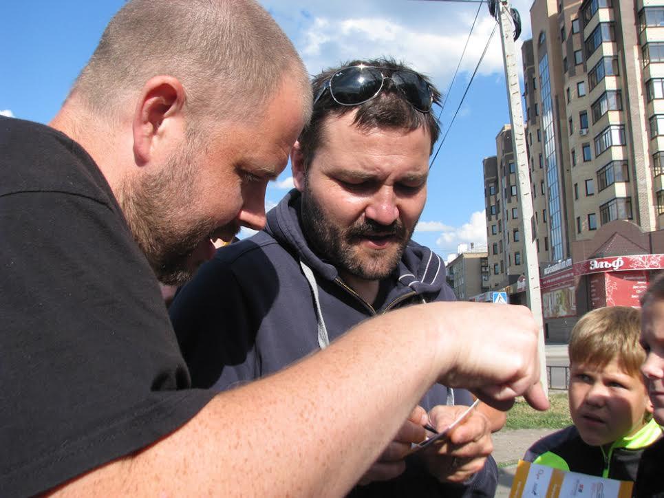 Юрий помогает швейцарцу Антуану Лангу подписать буклет для поклонников в Копейске. Фото - Дарья Никитская