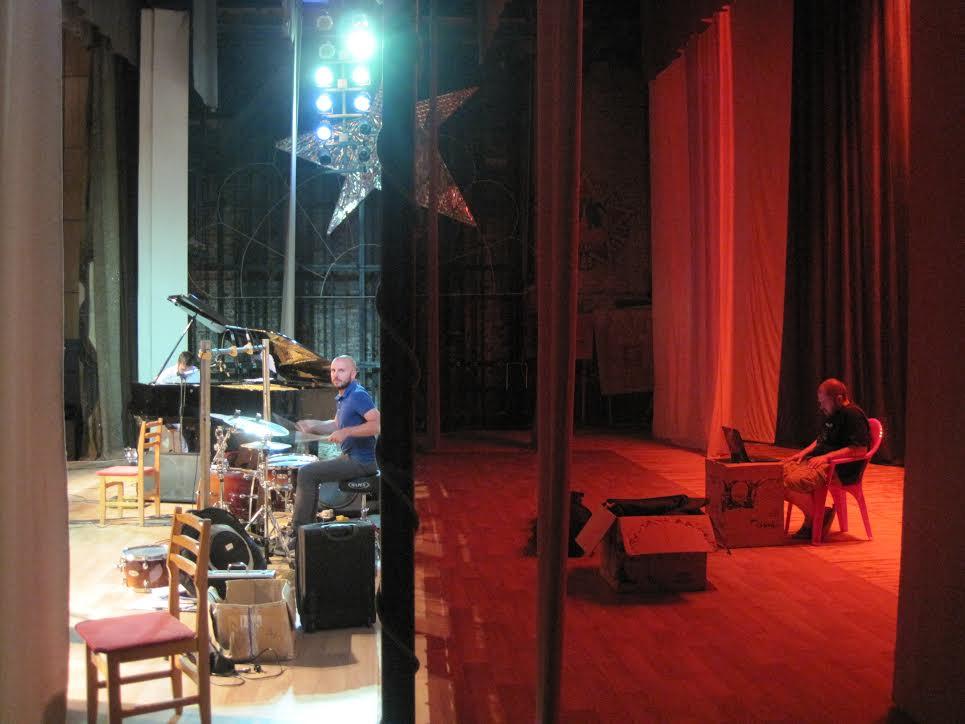 Юрий работает за сценой во время концерта в Саяногорске. Фото - Johann Bourquenez.