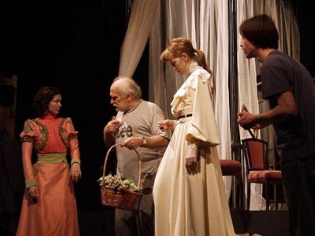 «Три сестры», репетиция спектакля в Гавре.  Наташа — Мадлен Джабраилова
